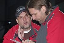 Trenérská dvojice druholigových hokejistů SHC Maso Brejcha Klatovy Pavel Čuban (vlevo) a Petr Kořínek těsně před prodloužením osmifinálové odvety.