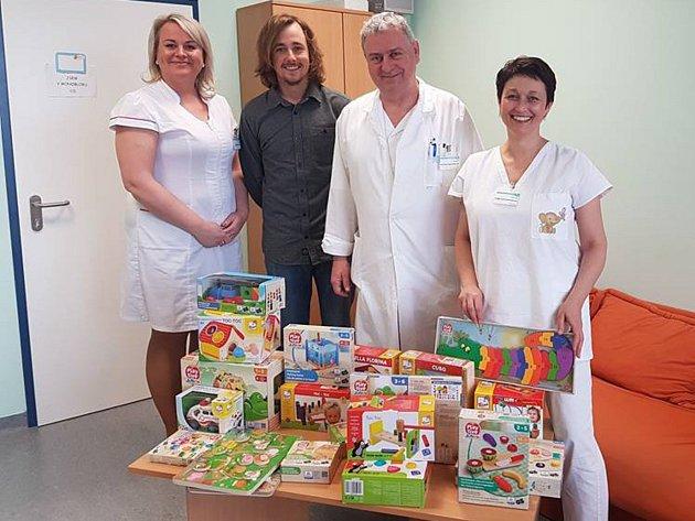 Za prodané hrníčky předali hračky Klatovské nemocnici.