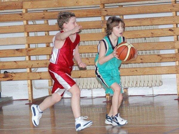 Mladší minižáci basketbalového oddílu TJ Klatovy (červené dresy) vstoupili do play off krajského přeboru vítězně, když na domácí palubovce porazili své vrstevníky z BK Sokolov