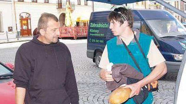 Expedice Bike Hazard 2010 v pátek odjela z klatovského náměstí (na snímku) a teď už je blízko cíli své cesty.