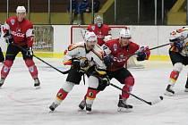 Klatovy (červené dresy) otočily zápas proti Jablonci a vyhrály 4:3