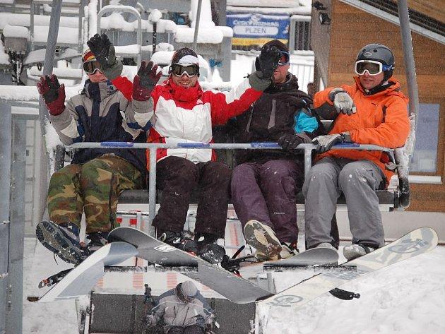 Lyžařům o víkendu počasí přálo, situace na Šumavě byla báječná. Zimních radovánek si zde užívali všichni příznivci bílého sportu. Podle meteorologů dobré lyžařské podmínky na našich horách vydrží ještě v příštích dnech.