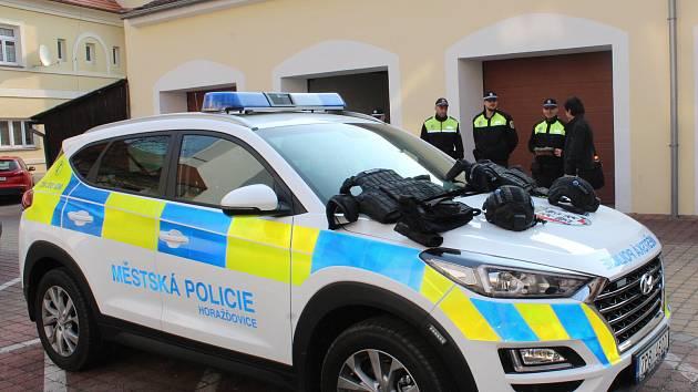 Městští strážníci v Horažďovicích dostali od města nové vozidlo, které splňuje všechny současné předpisy.
