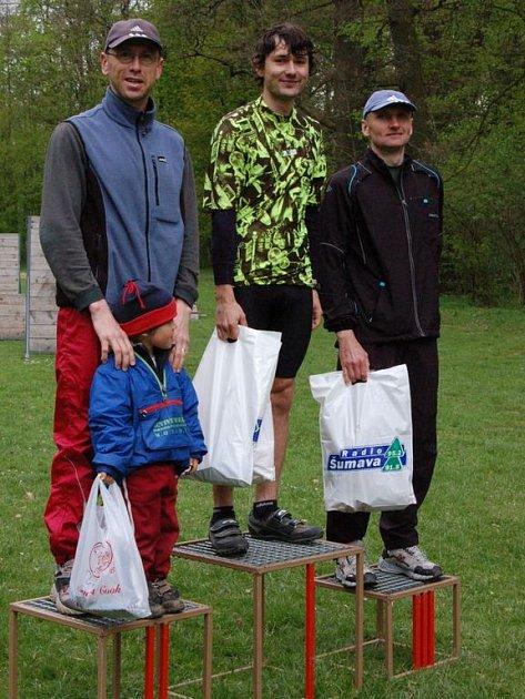 Vítěz 29. ročníku Jarního přespolního běhu bystřickým parkem Luboš Kůra (uprostřed) z TJ Klatovy, druhý Karel Randák (vlevo) z Javorné a třetí minut Vlastimil Brunát ze Zbůchu.
