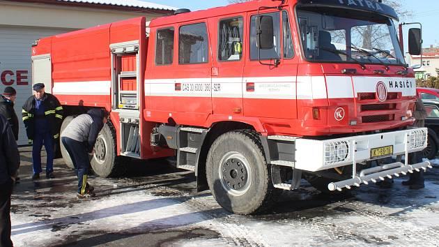 Přestavěnou Tatru 815 převzali bezděkovští hasiči.