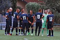 Fotbalisté FK Okula Nýrsko (v archivní fotogalerii hráči v modrobílých nebo černých dresech) se po devíti kolech krajského přeboru nacházejí na čtvrtém místě tabulky. Jejich hře však chybí drajf i kvalita.
