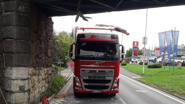 Kamion narazil do železničního viaduktu.