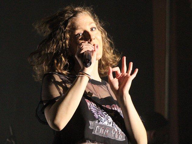 V kulturním domě v Klatovech vystoupila ve středu mladá talentovaná zpěvačka Lenny, která tam zavítala v rámci svého turné Hearts tour.