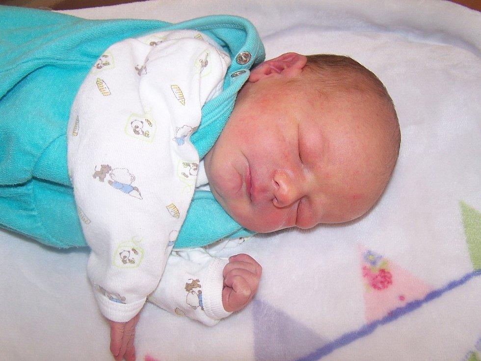Tomáš Veselka z Klatov (3800 g, 54 cm) se narodil v klatovské porodnici 31. října v 14.37 hodin. Rodiče Nikola a Karel přivítali očekávaného syna společně na svět. Z brášky má radost i Ema (3 roky).
