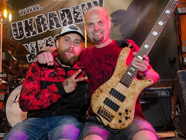 STARÝ A NOVÝ. Petra Kličku (vpravo) vystřídal na postu baskytaristy Ukradených Vjecý Petr Bauer