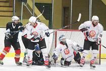 Šumavská liga amatérského hokeje: HC Poběžovice (v černém) - HC Tango 2:1.