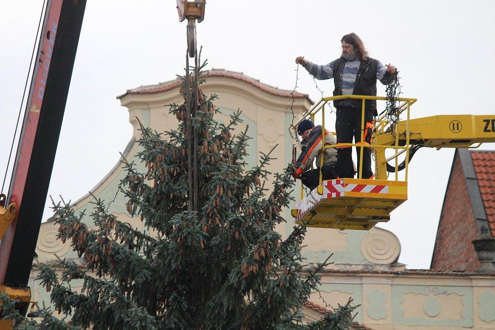 Stavění vánočního stromu v Klatovech.