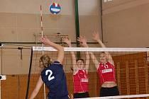 Družstvo žen TJ Klatovy (červené dresy) prohrálo dvakrát s Tachovem.