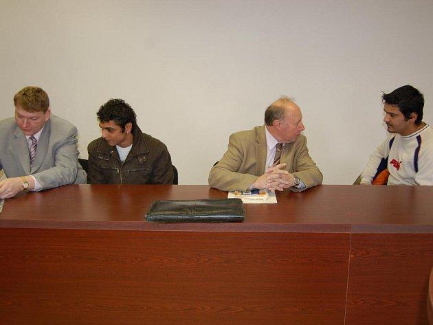 Obžalovaní Kovács s Tancošem spolu se svými obhájci