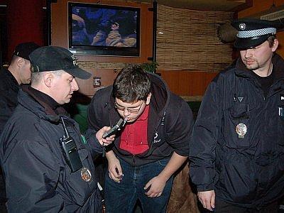 Městští strážníci kontrolují mladistvé v klatovských barech.