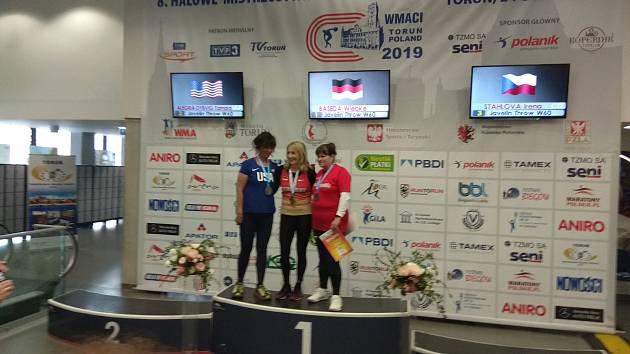 Klatovská veteránka Irena Stahlová (vpravo) si z halového šampionátu v polské Toruni odvezla bronz.