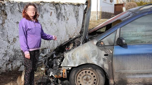 Bývalá manželka Romana V., podezřelého z vraždy a žhářství, ukazuje jedno ze shořelých aut.