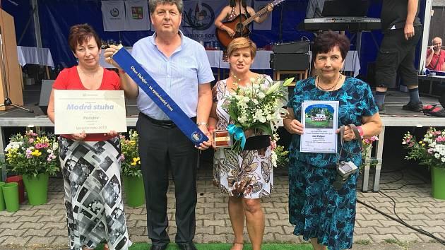 Se starostou Pačejova Janem Vavřičkou přebírá Božena Behenská (vpravo) v roce 2018 modrou stuhu. Obec ji tehdy získala za společenský život v soutěži Vesnice roku.