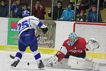 Hokejisté Klatov (v červeném) zdolali Tábor na nájezdy.