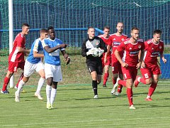 Na výkon brankáře Jaroslava Rojíka (na snímku s míčem v ruce v sobotním zápase proti Táborsku B) budou fotbalové Klatovy dnes odpoledne proti A týmu Táborska spoléhat.