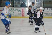 Při 1. ročníku hokejového turnaje starých gard  v Klatovech vybojoval domácí tým druhé místo. Nejpilnějším střelcem Klatov byl  útočník Zdeněk Smáha (vpředu), za ním krouží nejlepší obránce turnaje Václav Kopidlanský.