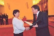 Dekret o udělení znaku a vlajky převzala starostka Myslíva Marie Pícková od předsedy poslanecké sněmovny Miloslava Vlčka