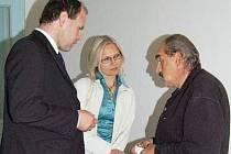 Němec (vpravo)  obviněný z pedofilie se před začátkem soudu radí se svým advokátem.