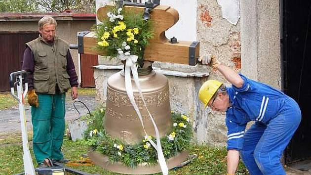Věšení zvonu v Plánici