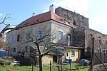 Tvrz v Dolanech, kterou opravuje architekt Jiří Boudník.