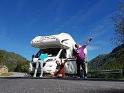 Filip Mayer (vpravo) s kamarády a karavanem, se kterým chtějí projet za tři měsíce 51 států.
