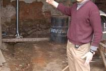 Václav Hodan z Biřkova ukazuje, kudy mu přes stodolu teče močůvka od souseda