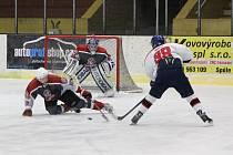 Dalšími zápasy pokračovaly na Klatovsku hokejové soutěže mužů. Snímek je z utkání Malá Víska - Stříbro.
