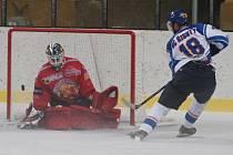 Hokejisté Klatov podlehli doma Řisutům 1:5. Na snímku je pátý gól.