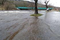 Rozvodněná Otava se v Sušici u bývalého PDA vylévá z břehů.