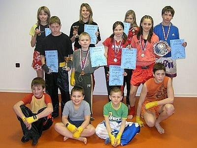 Celkem devět cenných kovů přivezli z Mostu z turnaje Leon open v light contactu mladí kickboxeři CHB GYM Klatovy.