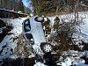 Nedaleko Rejštejna prorazilo auto zábradlí a skončilo v potoce.