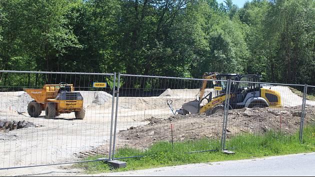 Výstavba pumptrackového hřiště v Železné Rudě.