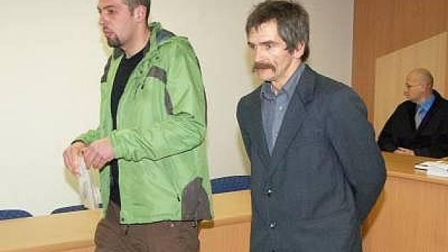 Petr Osman (39, v saku) a Miroslav Zámiška (23) se před klatovským soudem zpovídají z výroby a distribuce tvrdých drog.