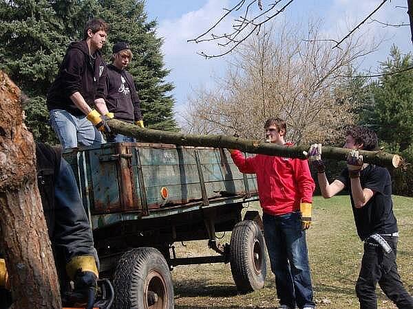 Žáci SŠZP Klatovy navštívili technické služby a na Vodojemu prořezávali keře