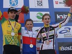 Matyáš Fiala (na snímku uprostřed) ze stáje Cyklosport - Pitstop.cz vybojoval zlatou medaili v žákovské kategorii na mistrovství republiky 2015