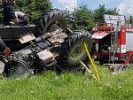 Na poli u Chudenína se převrátil traktor, řidič zemřel