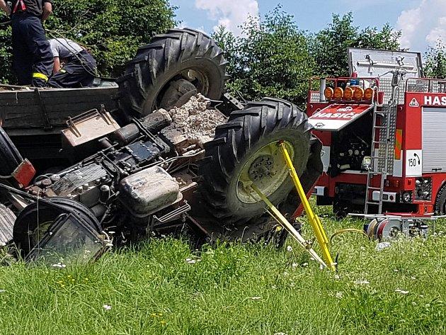 Na poli u Chudenína na Klatovsku zahynul traktorista.