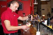"""PIVO točí i v klatovském Segafredu. """"Přes léto vede pivo, v zimě si zákazníci více objednávají víno. Celkově se spotřebuje více litrů piva, ale to je jen tím, že se víno pije v jiných mírách,"""" míní vedoucí Roman Kokoš"""