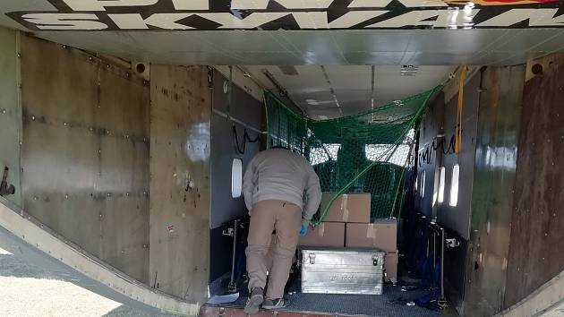 Společnost Pink Aviation pomohla Klatovské nemocnici a letadlem určeným pro parašutisty jí z Prahy přivezla potřebný zdravotnický materiál.