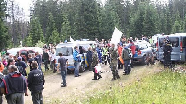 Protest obyvatel Šumavy proti blokádě Na Ztraceném u Modravy