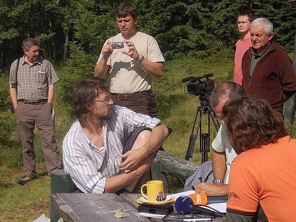 Cesta na Modrý sloup, vycházky se zúčastnil i zpěvák a ekolog Dan Bárta (uprostřed)