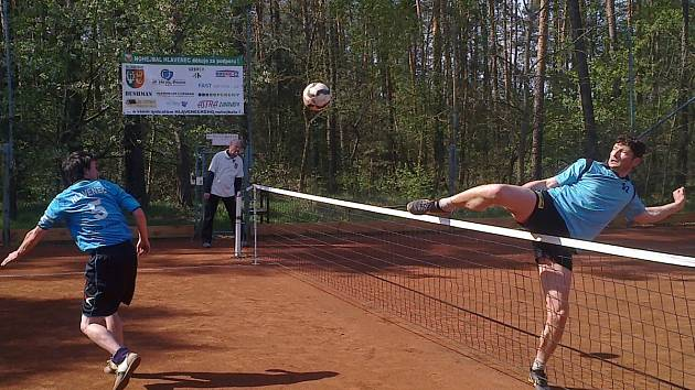 Horažďovický Michal Nepodal (vpravo) blokuje útok Michala Vrtišky z týmu Hlavence v utkání 5. kola druhé ligy v nohejbalu.