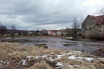 Rybník plný bahna hrozí zaplavení domů