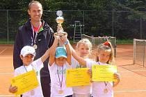 Na snímku je úspěsný klatovský tým. Zleva: Alexandr Sojka, Lukáš Janoušek, Adéla Šimková, Erika Kurcová, v pozadí kapitán Milan Janoušek.