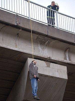 Oběšený 42letý muž nad železniční tratí nedaleko Červeného Pořičí na Klatovsku